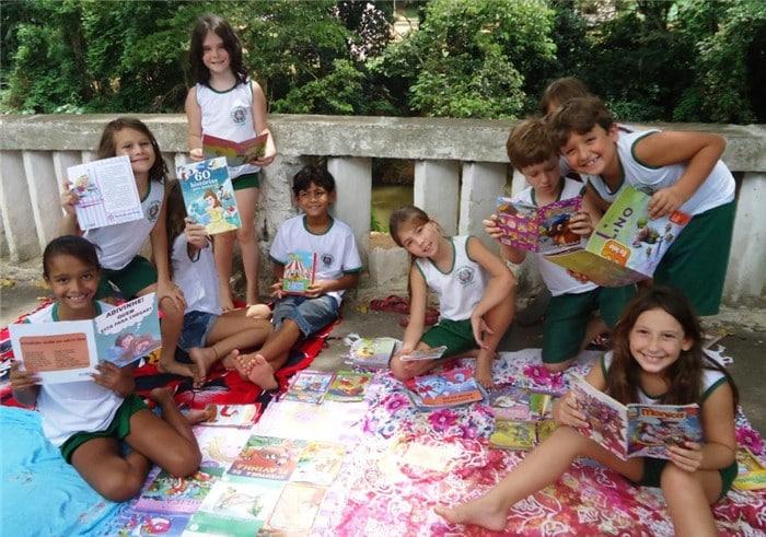 As crianças estão adorando ler ao ar livre. Foto: ASCOM/Prefeitura de Alfredo Chaves.