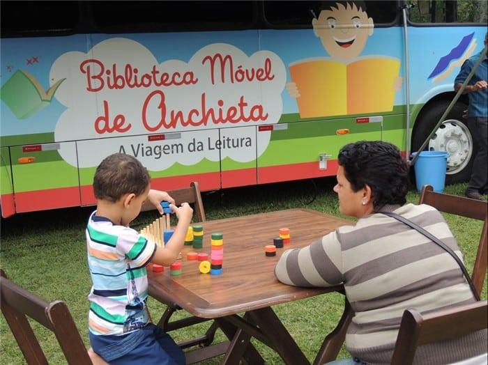 Biblioteca itinerante atrai moradores. Foto: ACOM/Prefeitura de Anchieta.