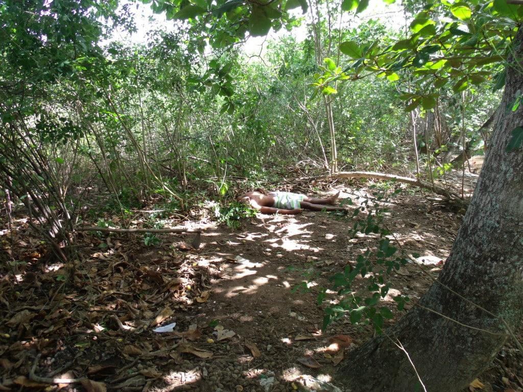 Corpo foi jogado no matagal. Foto: Rosimara Marinho.