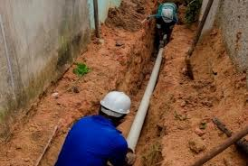 Construção de rede de esgoto. Foto: Assessoria Cesan.