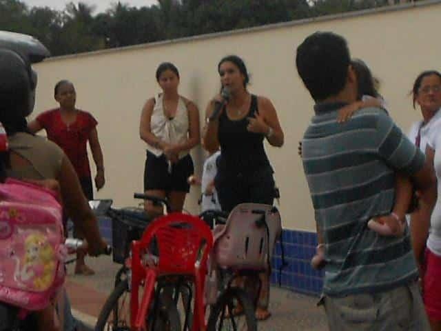 Luciana foi uma das mães que falaram no protesto. Foto: Luciana Gonçalves.
