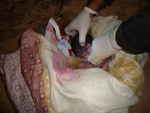 Bebê era recém nascido e ainda estava  com cordão umbilical.