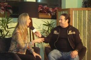 Letícia Matrak dando entrevista a Alfredo Gini.