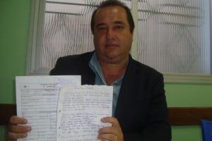 Vereador mostra boletim e a carta ameaçadora.