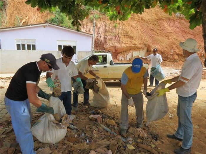 Equipe está conscientizando moradores. Foto: ASCOM/Prefeitura de Alfredo Chaves.