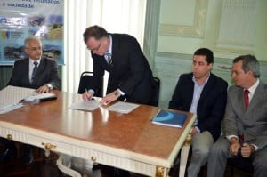 Governador assina contrato que garante investimentos. Foto: Thiago/secom