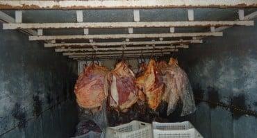 Carne estava sendo transportada de forma errada. Foto: Idaf.