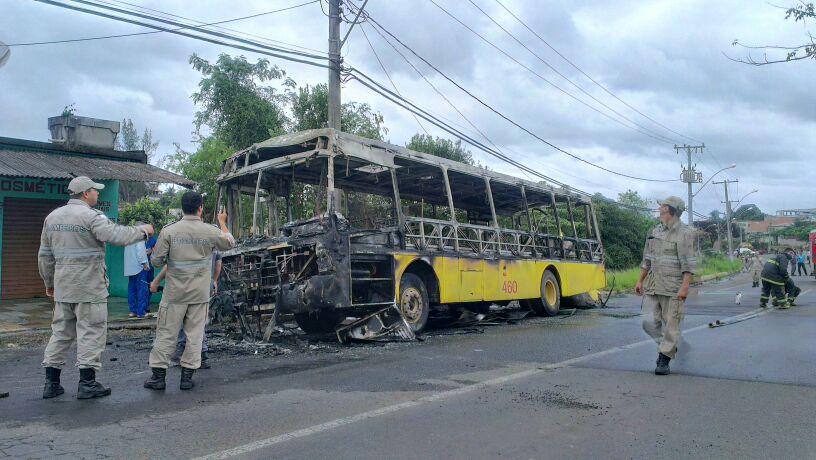 Bombeiros apagaram o foto. Foto Thiago Amaral/Vent