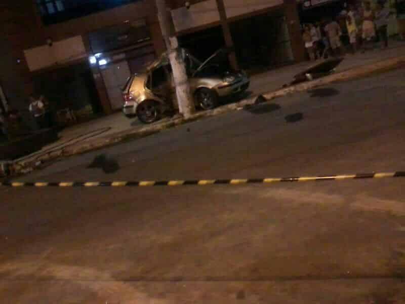 O carro bateu no poste e a carona morreu na hora - Foto Roberta Bourguignon