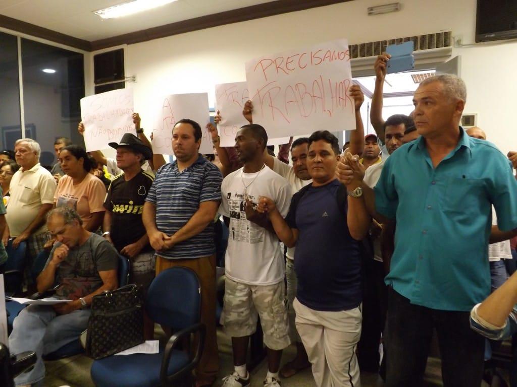 Ambulantes se mobilizam com cartazes e mãos dadas para conseguir apoio dos vereadores. Foto Assessoria CMG