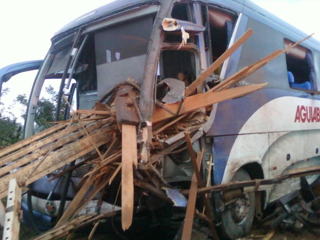 Motorista do ônibus foi atingido por madeiras. Foto Luciano Motta/Anjos do Asfalto