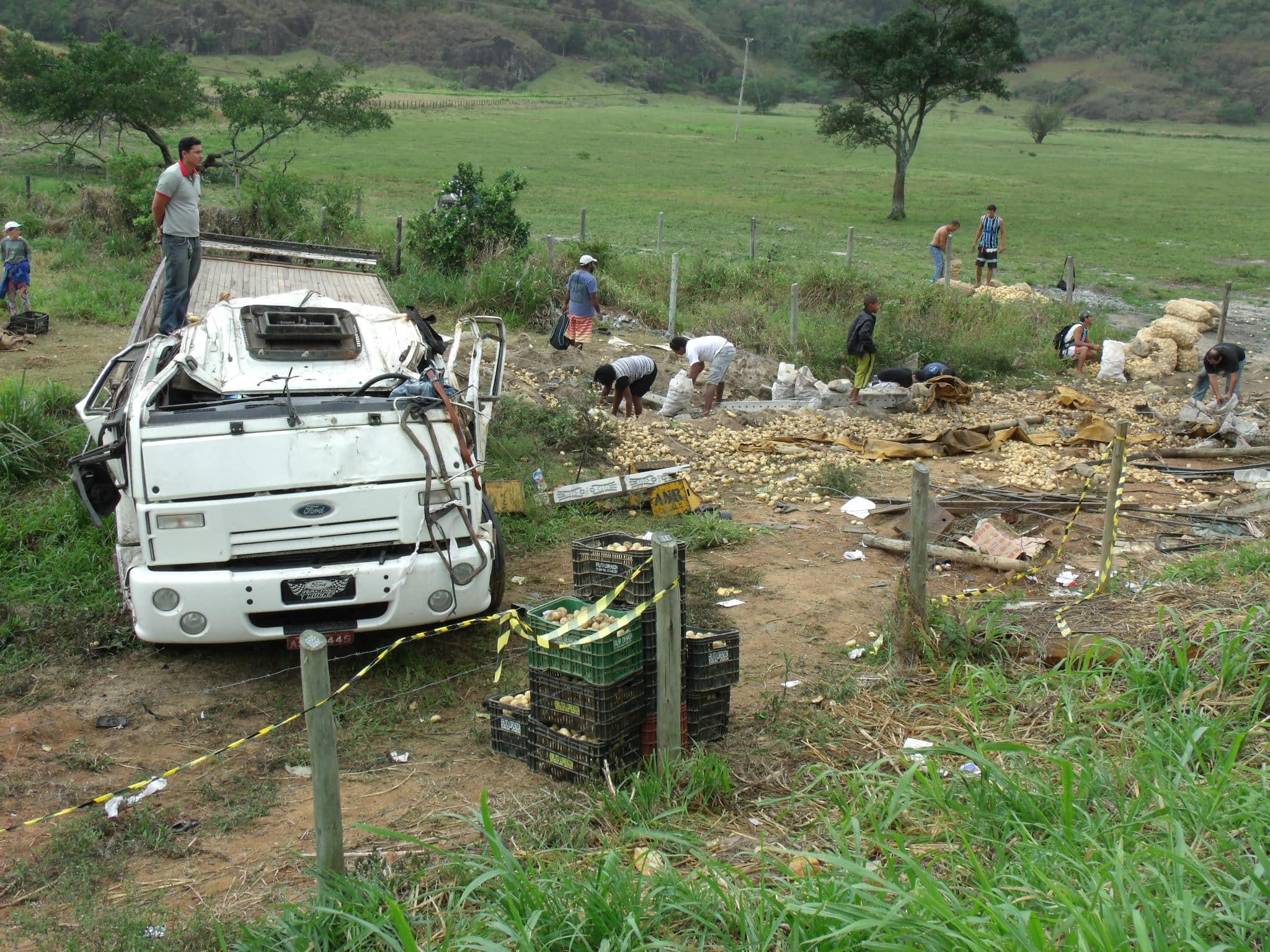 Caminhão caiu fora da pista e populares saquearam a carga - Foto Rosimara Marinho