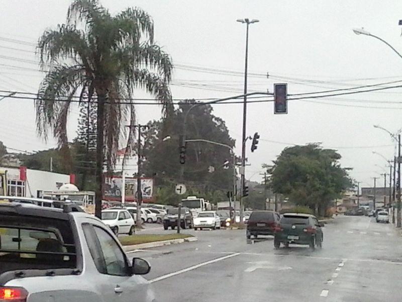 Semáforo desligado na Av. Jones dos Santos Neves na última sexta-feira (8) de manhã. Foto: Wilcler Carvalho Lopes.
