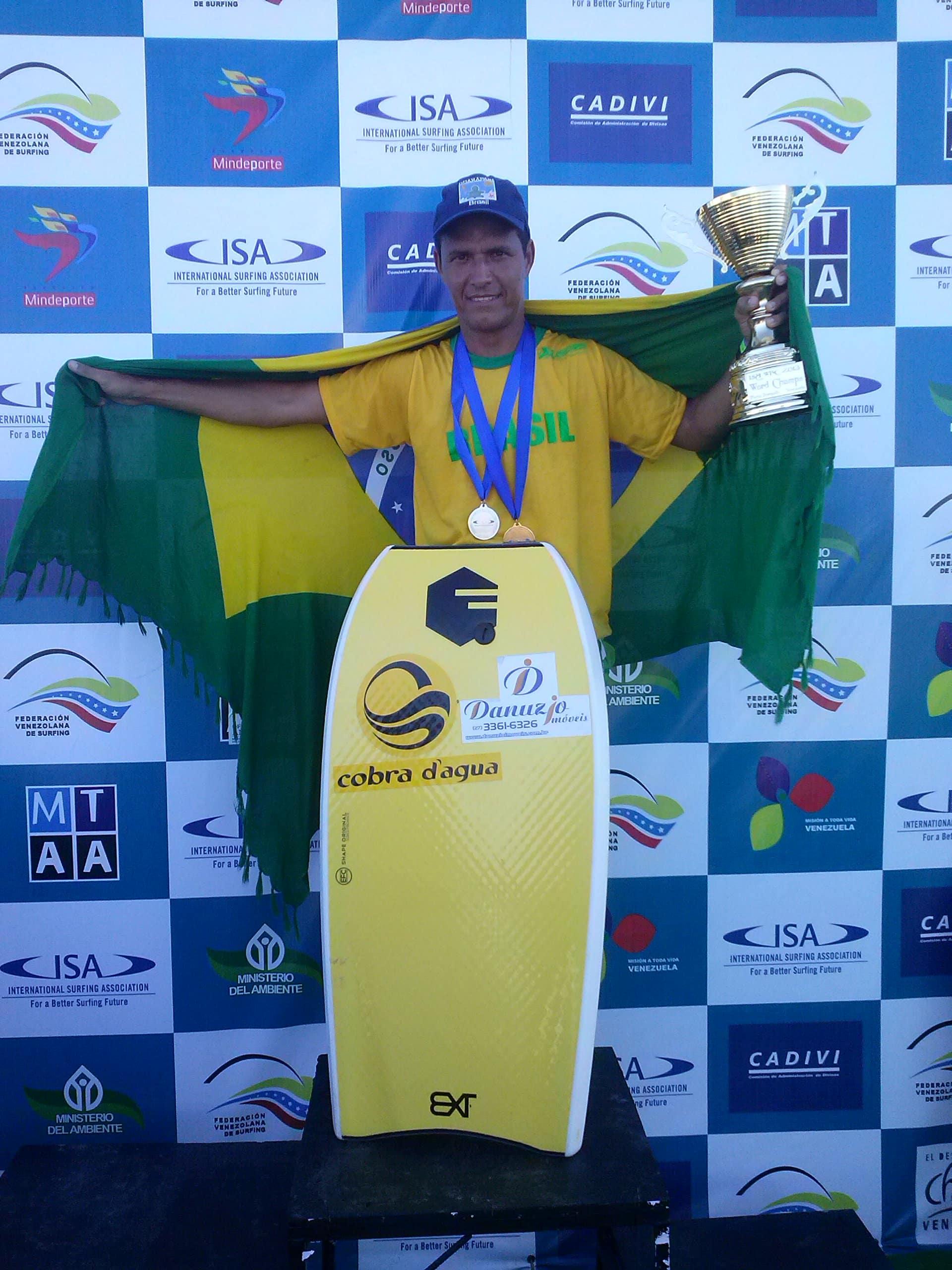 Renato Almeida comemorando o titulo