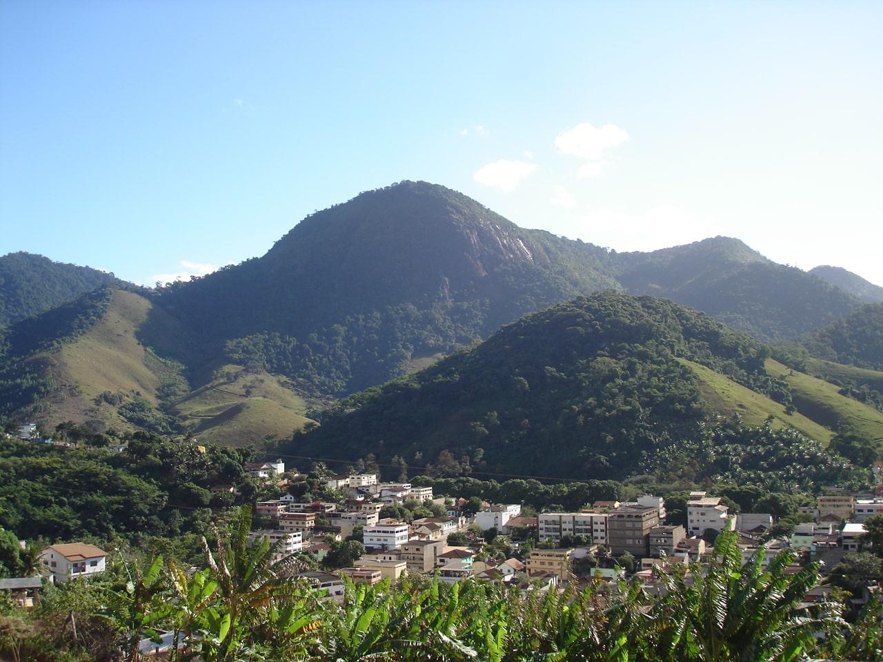 vista da cidade ao fundo pedra do Gururu