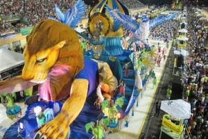 Os desfiles de Vitória são exibidos regionalmente pela TVE. sendo que transmite em parceria com a Prefeitura de Vitória e a TV Gazeta 8 , na internet. além de que a afiliada da Rede Bandeirantes no Espírito Santo: TV Capixaba, também faz o mesmo. e de na internet, o site SRZD transmitir em 2012, os desfiles pela internet. Em 2013, a Band mostrou para todo o Brasil, o desfile capixaba de sábado.
