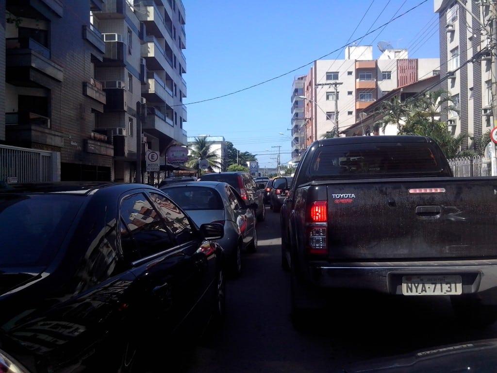 Trânsito está muito lento. Dificultando ainda mais a vida dos passageiros. Foto: Jamille Scopel.