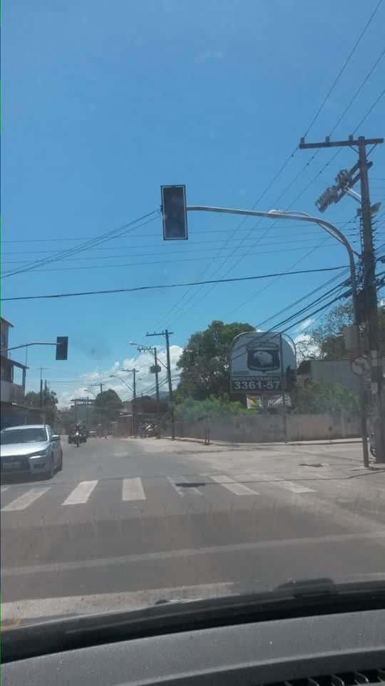Semáforo, segundo moradores, passa metade do mês desligado. Foto: Herbert Pitanga,