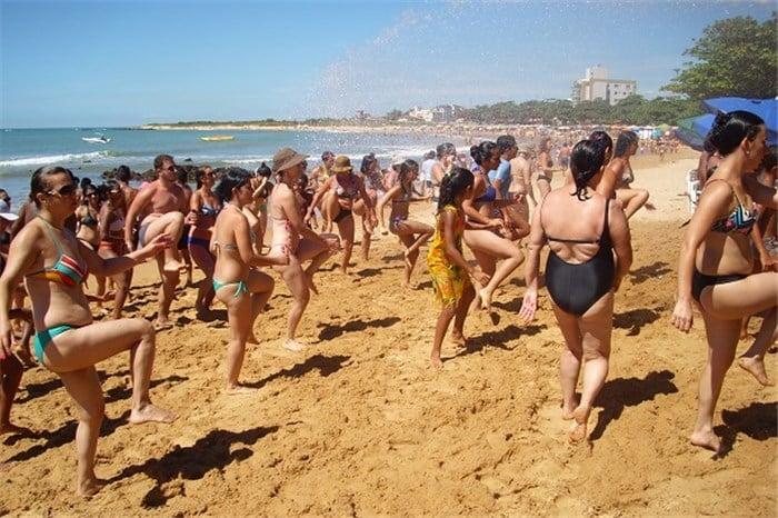 Zumba faz sucesso nas areias das praias de Anchieta. Foto: ASCOM