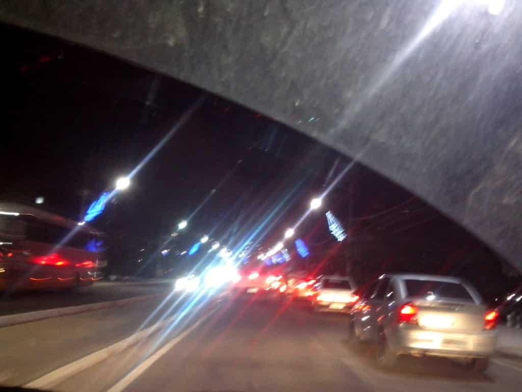 Luzes estão sendo retiradas aos poucos durante a noite. Foto: Jamille Scopel.
