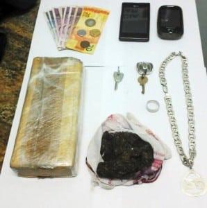 Além da droga, foram encontrados com os traficantes: R$: 47,00, Pratas, Dois celulares e uma chave.
