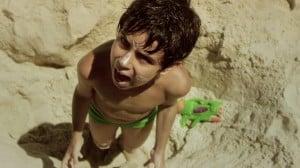 Apocalipse de verão (Ficção, 15 min., RJ), de Carolina Durão. Sinopse: Rio de Janeiro, 45°C, praias lotadas: Apocalipse de verão! Daniel, 8 anos, está de férias na praia. Lá ele experimenta diversos mundos e se diverte entre a fantasia e a realidade. Um dia, o mar está cheio de algas tóxicas. A praia está imprópria! Será o fim do verão?