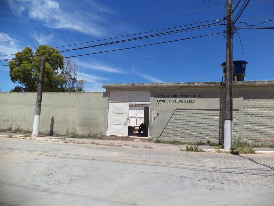 A entrada da escola não tem mais nenhuma árvore próxima. Foto: Aline Faria.