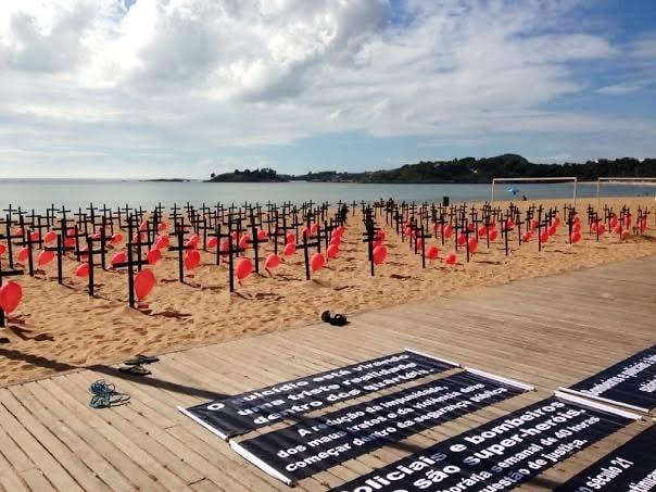 Militares fincam cruzes na Praia de Camburi em protesto contra aumento de homicídios