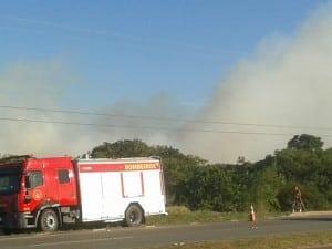 O corpo de bombeiros com a ajuda do harpia 02, trabalharam para combater o incêndio. FOTO: MARCELLA LUCCI.