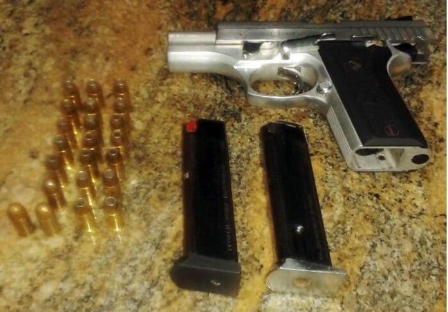 Uma pistola calibre 380 e 22 munições foram apreendidas com Jeremias