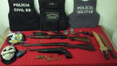Oito pessoas foram detidas. Armas, drogas e munições foram apreendidas.