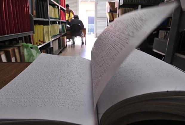Braille apresentou a primeira versão do seu sistema de escrita e leitura com pontos em relevo para a utilização do deficiente visual em 1825.