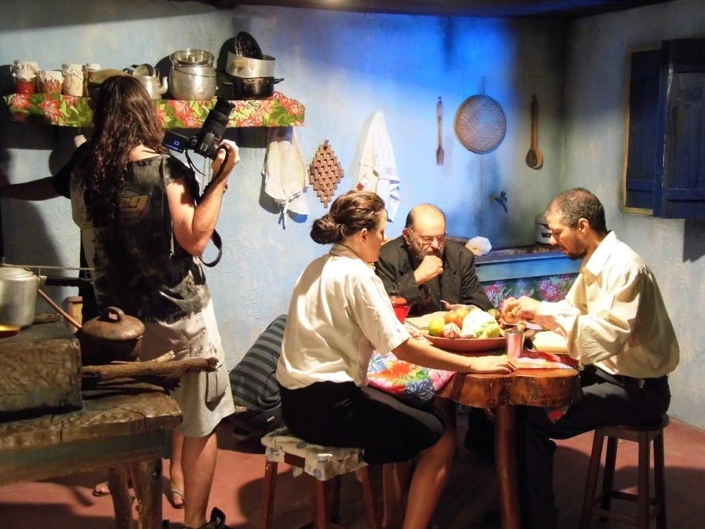 """O filme é uma antologia produzida pela Fábulas Negras produções do talentoso diretor capixaba Rodrigo Aragão, que vai dirigir uma das histórias do longa, """"Crônicas do Esgoto"""", teremos também o """"Pampa Feroz"""", de Petter Baiestorf, """"A Loira do Banheiro"""" de Joel Caetano, aqui da RZP Filmes e """"O Saci"""" do grande mestre José Mojica Marins, conhecido por seu personagem, o Zé do Caixão!"""