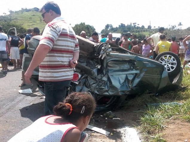 Uma criança foi lançada para fora do veículo.