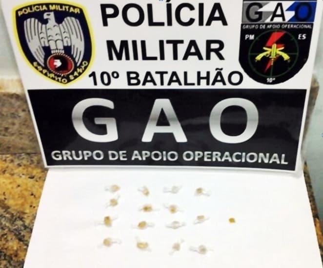 A Polícia encontrou na sacola dispensada por Welington 14 pedras de crack.
