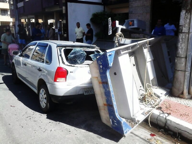 O carro teve a parte de traz toda danificada.