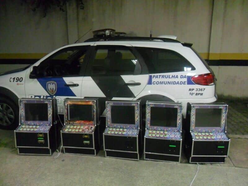 Foi retirada das máquinas a quantia de R$ 134,00 em espécie.