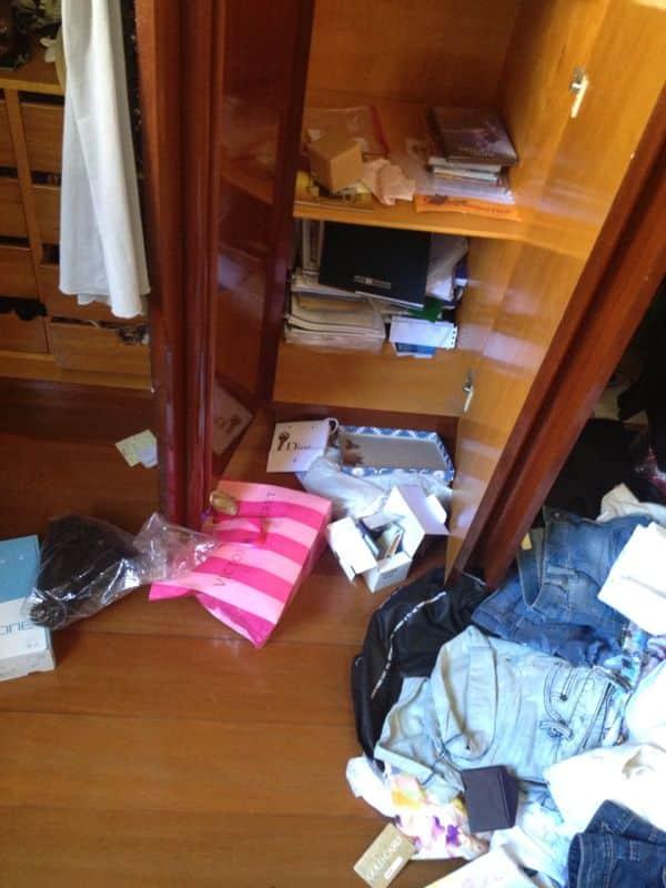 O criminoso revirou gavetas, guarda-roupas e armários em busca de dinheiro e objetos de valor.
