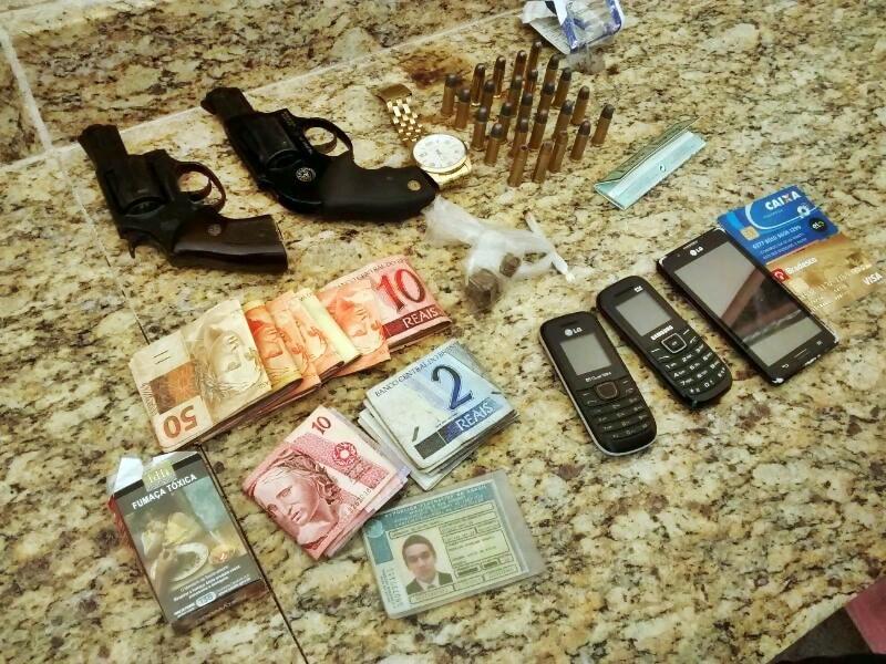 Vários objetos foram apreendidos e encaminhados junto com os detidos para o DPJ de Guarapari.