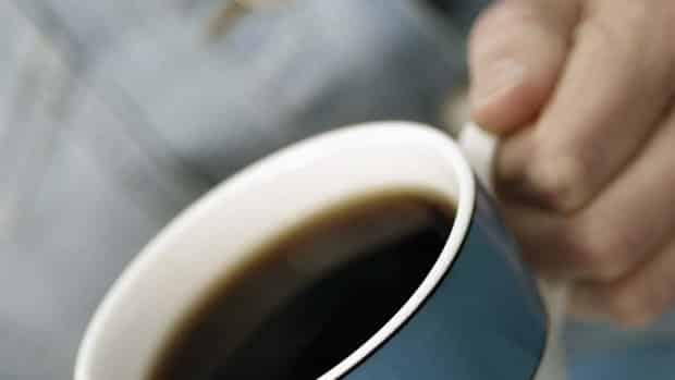 """Por causa do efeito da cafeína, o café nem sempre é recomendado a pessoas que apresentam tendência a ter doenças cardiovasculares. No entanto, um estudo americano publicado no início do ano mostrou que a bebida descafeinada, além de não provocar condições como pressão alta, pode proteger o organismo contra diabetes tipo 2. """"Vários estudos mostraram que os antioxidantes presentes em bebidas como café e chá podem, de alguma forma, reduzir o risco do diabetes. O que falta sabermos é qual a quantidade e o tipo ideais da bebida que surtem tal efeito"""", afirma Celso Cukier, nutrólogo do Hospital Albert Einstein."""