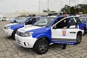 Guardas Municipais ao lado de viaturas