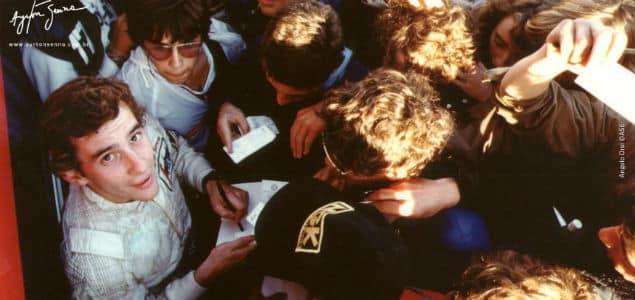Senna dá autógrafos a fãs | Divulgação.