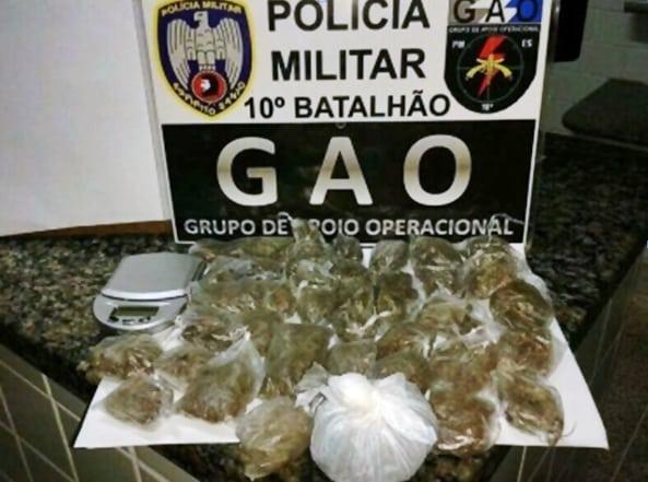 Os policiais apreenderam 28 buchas de maconha.