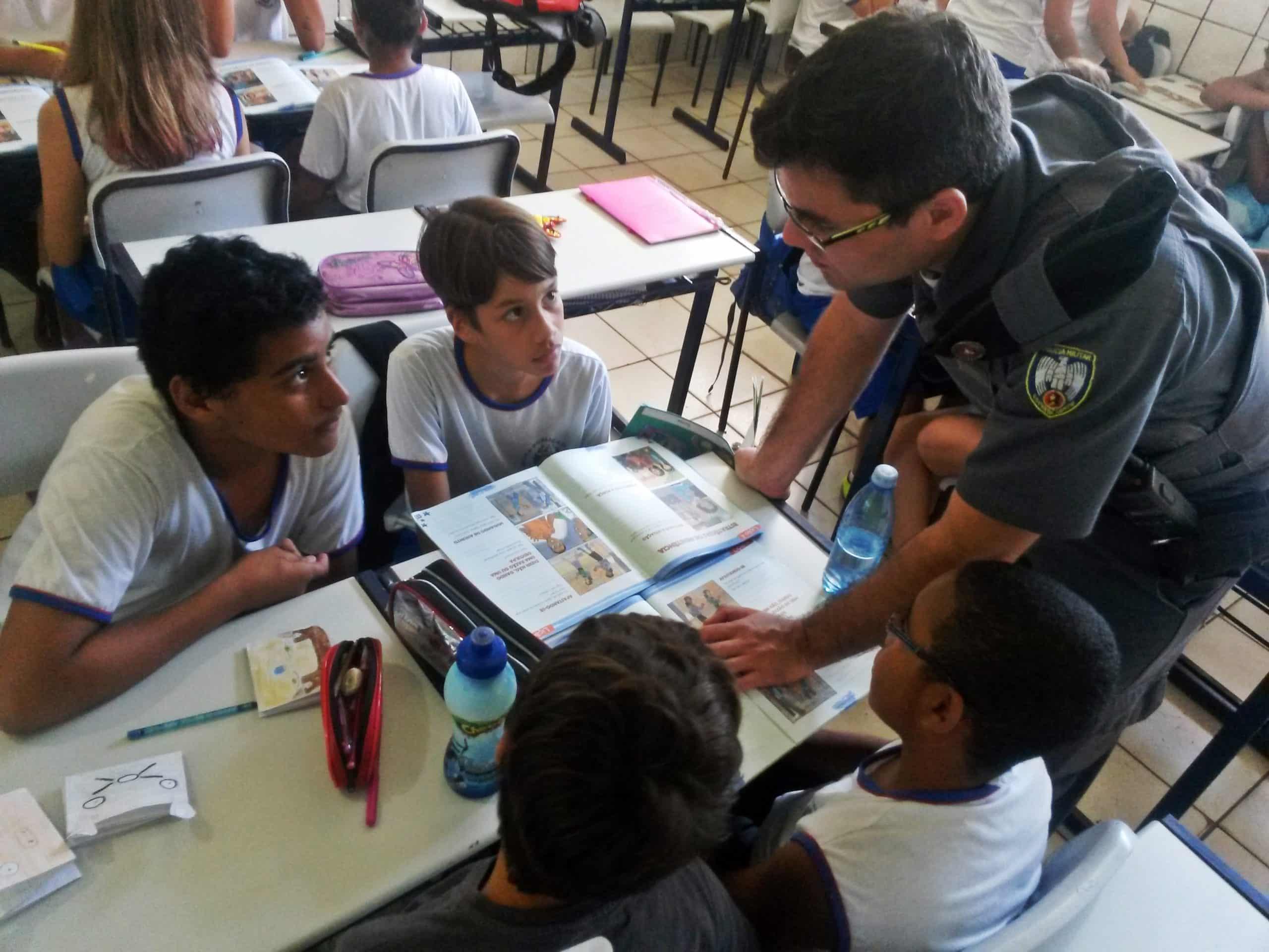 O programa consiste em uma ação conjunta entre o Policial Militar devidamente capacitado, chamado Policial Proerd