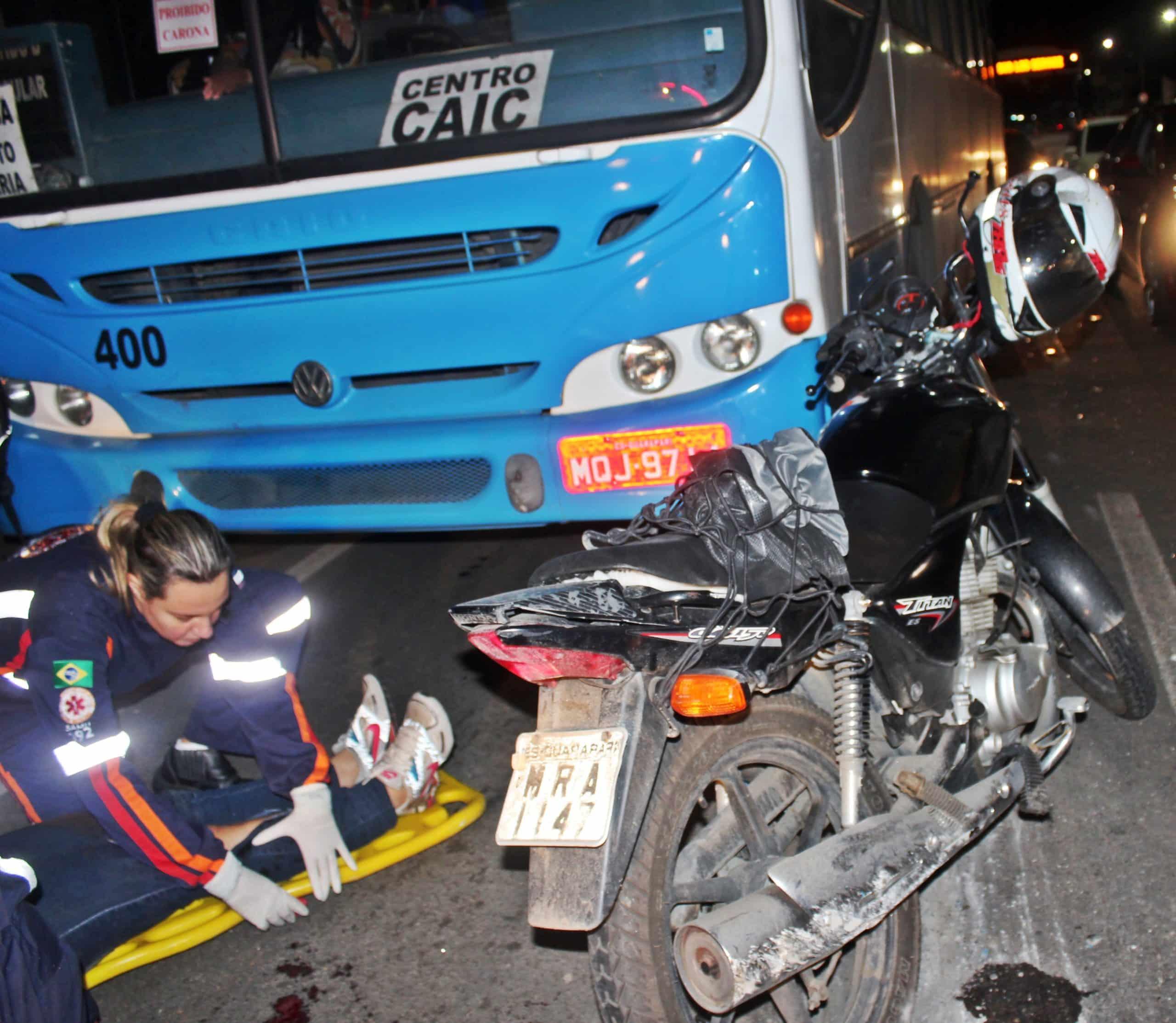 Na hora do acidente, populares tentaram socorrer a vítima que estava debaixo do ônibus.