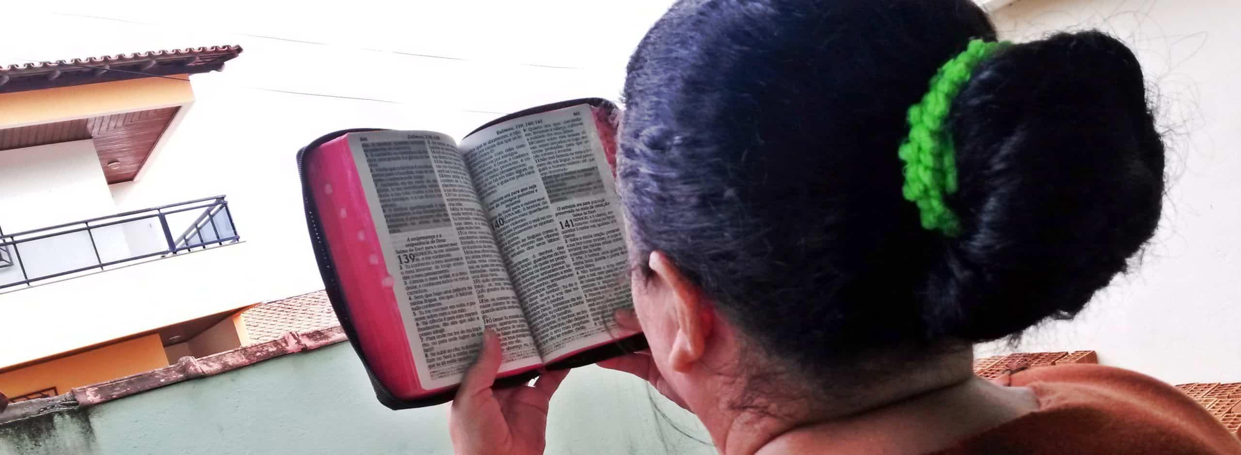 A jovem mulher encontrava na bíblia as mensagens de fé e passava para outras pessoas ao seu redor