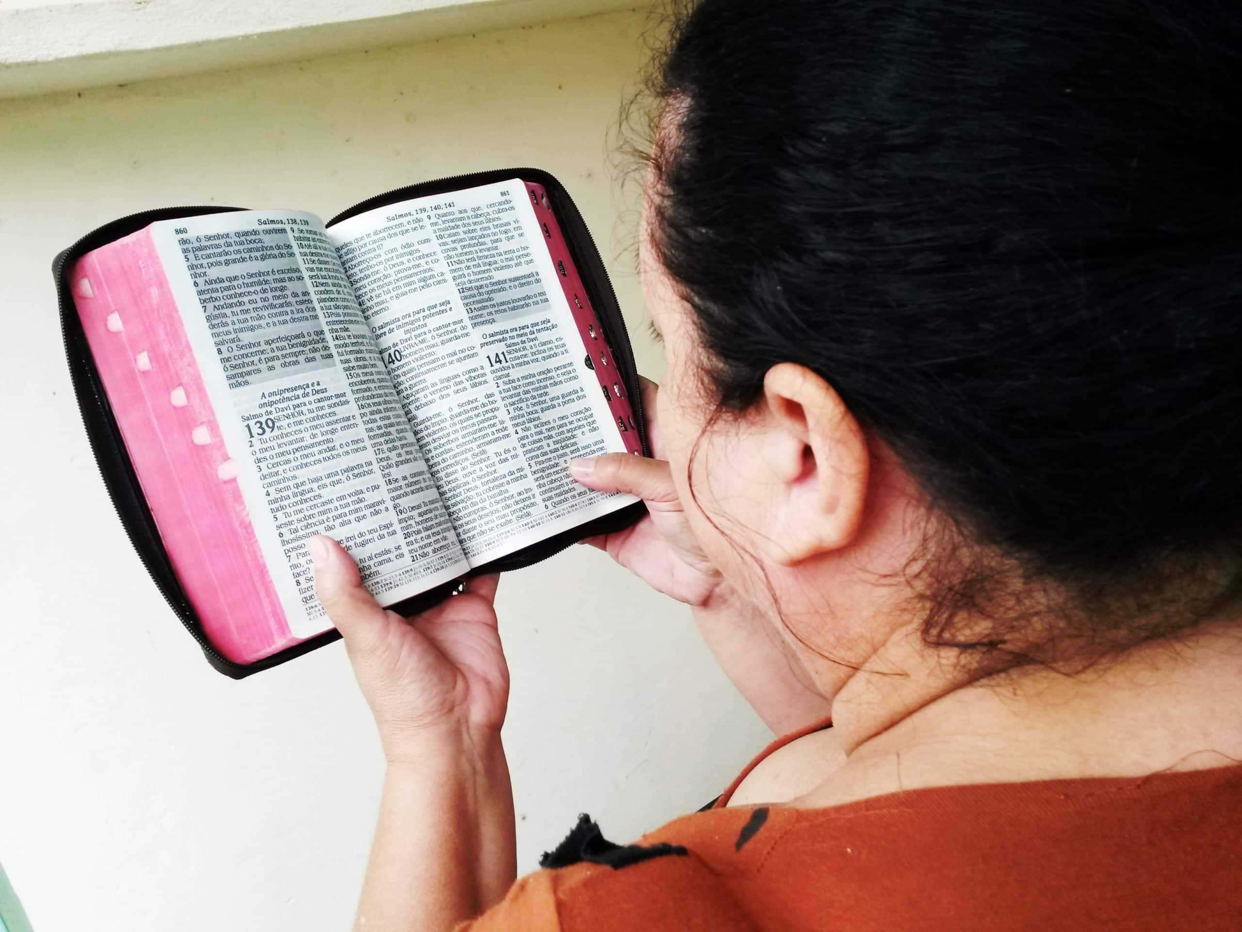 A única forma de Marta conseguir forças para sobreviver dentro de um presídio, foi buscando a Deus todos os dias.