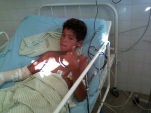 menino no hospital por causa da pipa