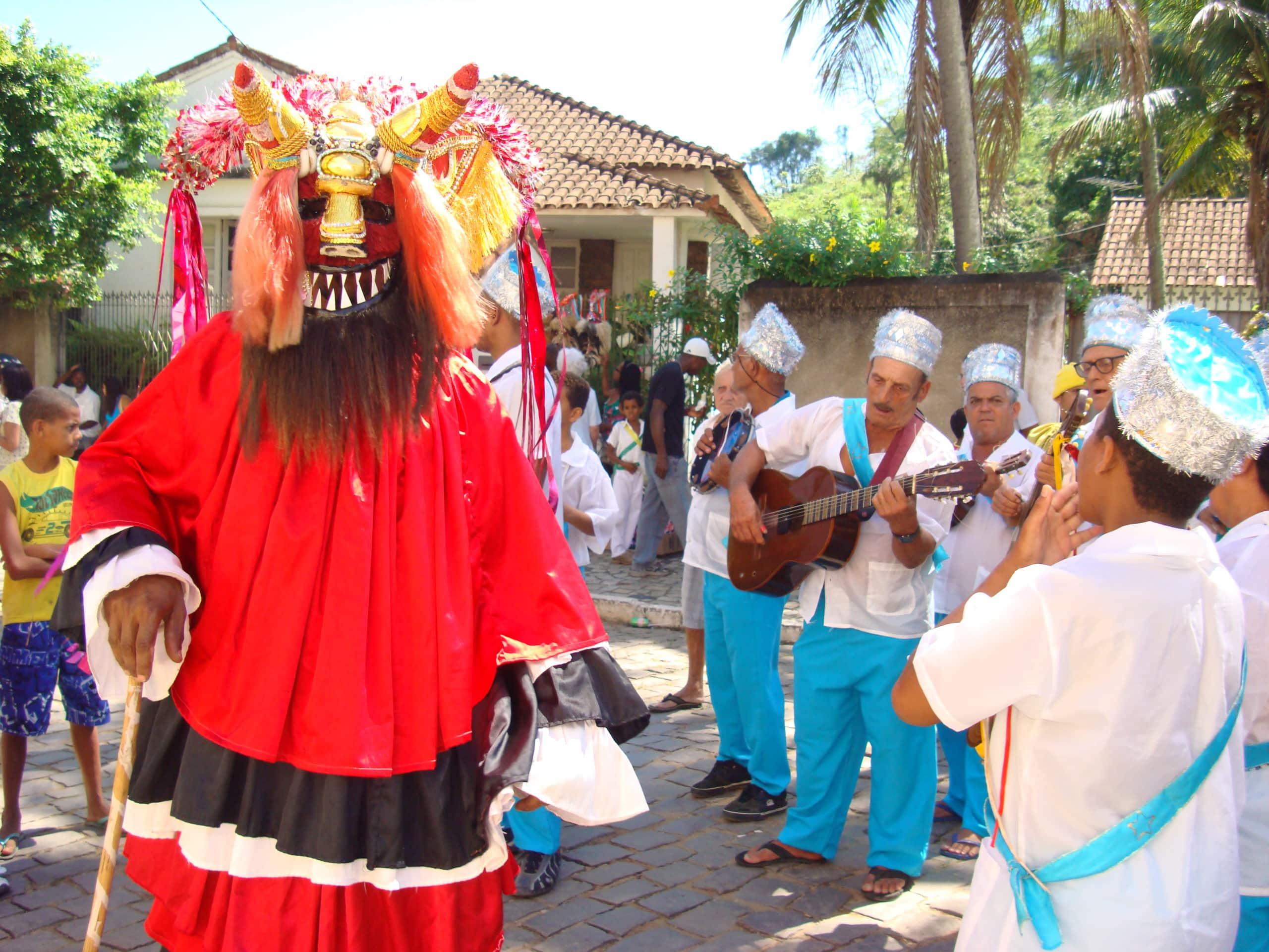 Folia de Reis é um festejo de origem portuguesa, ligado às comemorações do culto católico do Natal