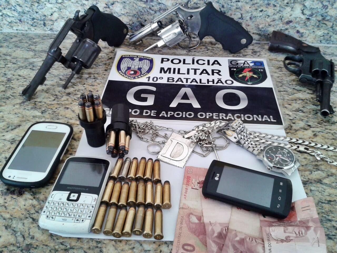 Os detidos jogaram as armas ao chão quando viram os policiais.